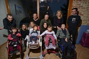 'Los padres de cinco familias francesas sostienen que las vacunas causaron discapacidades a sus hijos y han unido sus fuerzas para llevar a GlaxoSmithKline, Pfizer y Sanofi a la corte con la esperanza de que los tribunales reconozcan los efectos secundarios de las vacunas y conceder una indemnización a sus hijos discapacitados.